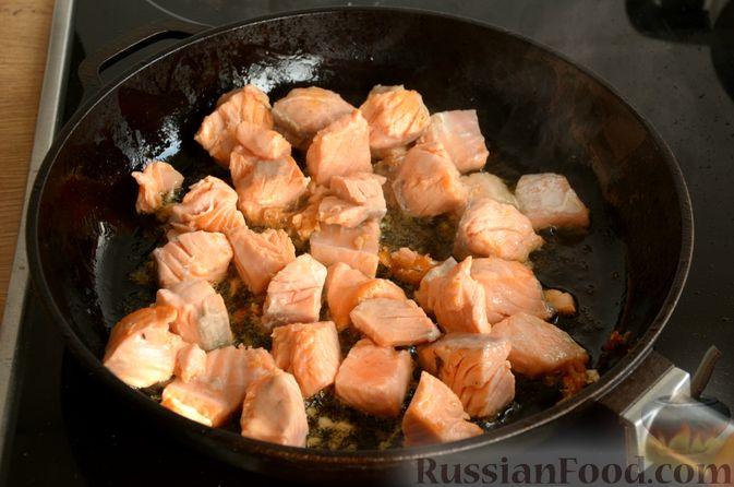 Фото приготовления рецепта: Сёмга, тушенная в томатном соусе с пивом и имбирём - шаг №5