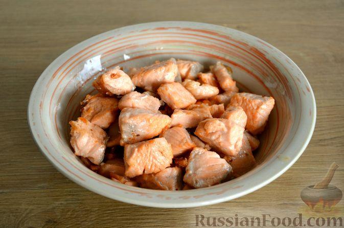 Фото приготовления рецепта: Сёмга, тушенная в томатном соусе с пивом и имбирём - шаг №6