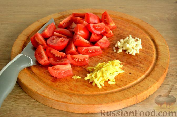 Фото приготовления рецепта: Сёмга, тушенная в томатном соусе с пивом и имбирём - шаг №7