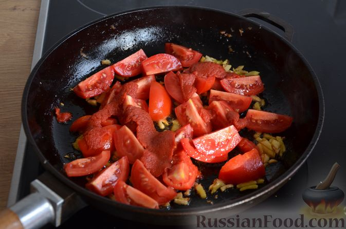 Фото приготовления рецепта: Сёмга, тушенная в томатном соусе с пивом и имбирём - шаг №10