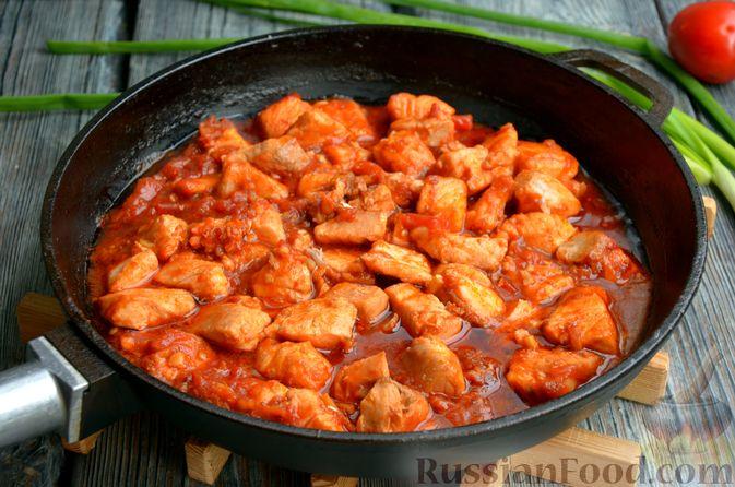 Фото приготовления рецепта: Сёмга, тушенная в томатном соусе с пивом и имбирём - шаг №13