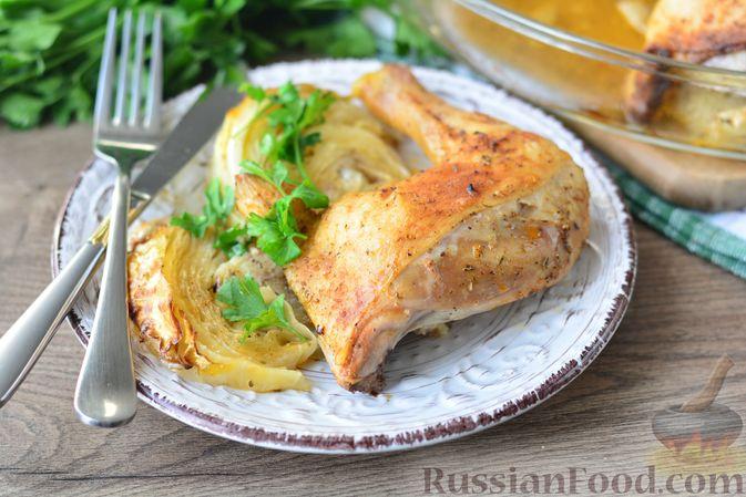 """Фото к рецепту: Куриные окорочка, запечённые со """"стейками"""" из капусты"""
