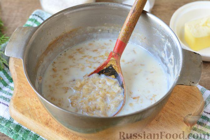 Фото приготовления рецепта: Несладкая овсянка на молоке - шаг №5