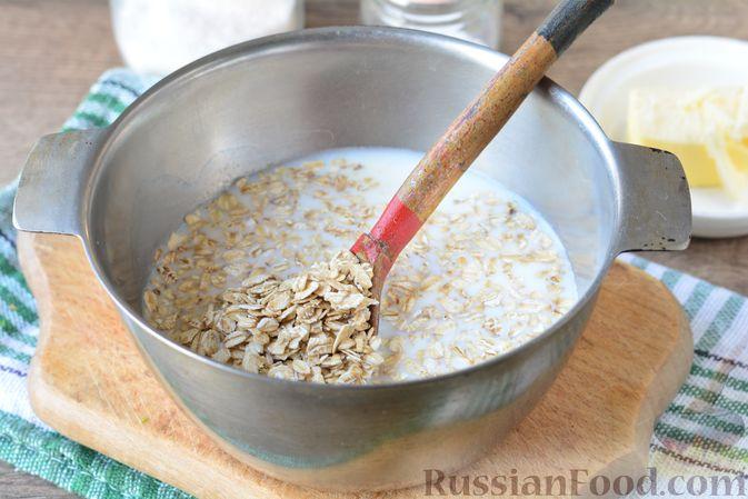 Фото приготовления рецепта: Несладкая овсянка на молоке - шаг №3