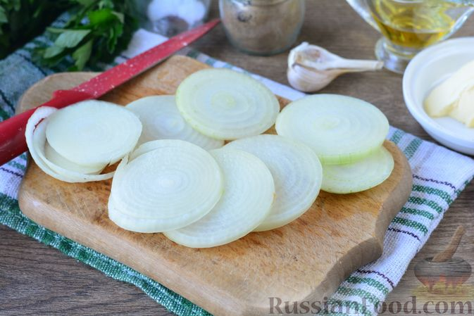 Фото приготовления рецепта: Картошка, запечённая с тыквой, луком и сыром - шаг №7