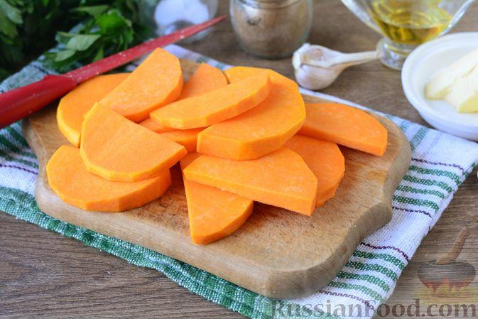 Фото приготовления рецепта: Картошка, запечённая с тыквой, луком и сыром - шаг №2