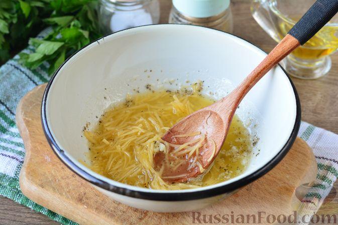 Фото приготовления рецепта: Картошка, запечённая с тыквой, луком и сыром - шаг №5