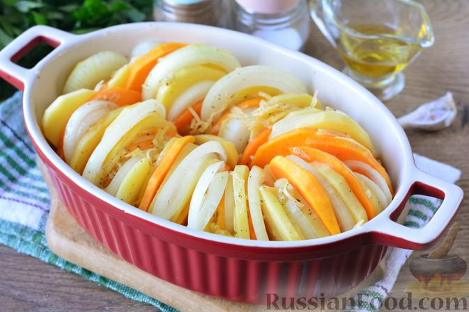 Фото приготовления рецепта: Картошка, запечённая с тыквой, луком и сыром - шаг №8