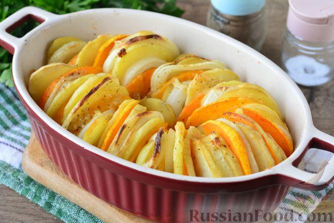 Фото приготовления рецепта: Картошка, запечённая с тыквой, луком и сыром - шаг №9