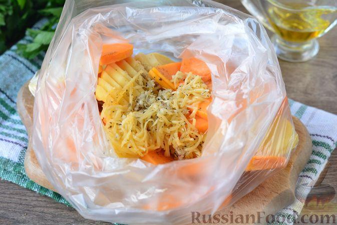 Фото приготовления рецепта: Картошка, запечённая с тыквой, луком и сыром - шаг №6