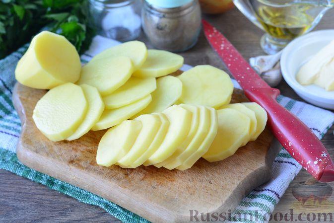 Фото приготовления рецепта: Картошка, запечённая с тыквой, луком и сыром - шаг №3