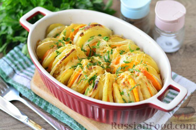 Фото приготовления рецепта: Картошка, запечённая с тыквой, луком и сыром - шаг №11