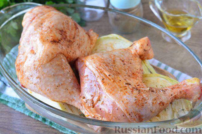 """Фото приготовления рецепта: Куриные окорочка, запечённые со """"стейками"""" из капусты - шаг №6"""