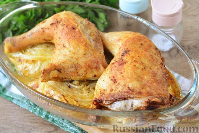 """Фото приготовления рецепта: Куриные окорочка, запечённые со """"стейками"""" из капусты - шаг №7"""