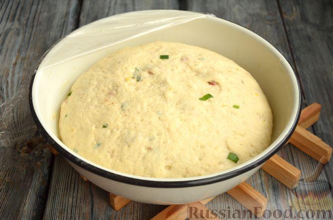 Фото приготовления рецепта: Дрожжевой картофельный хлеб с беконом и зелёным луком - шаг №9