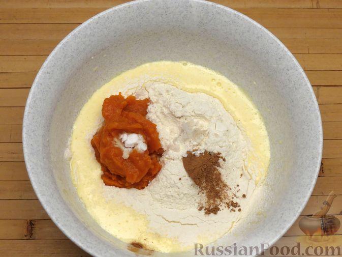 Фото приготовления рецепта: Бисквитный тыквенный рулет с джемом и сливочным кремом - шаг №8