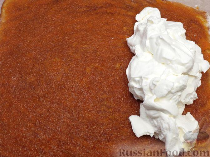 Фото приготовления рецепта: Бисквитный тыквенный рулет с джемом и сливочным кремом - шаг №23