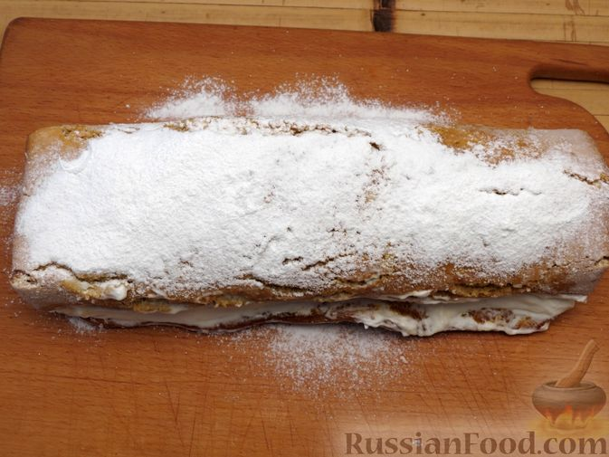 Фото приготовления рецепта: Бисквитный тыквенный рулет с джемом и сливочным кремом - шаг №25