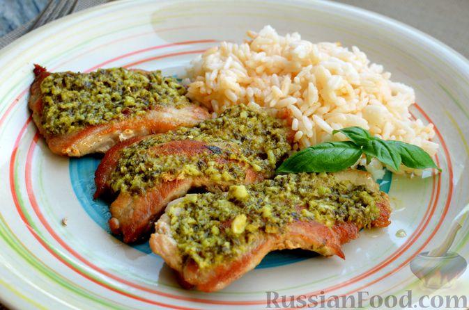 Фото к рецепту: Жареная свинина с соусом из зелени и чеснока