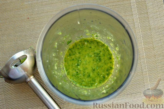 Фото приготовления рецепта: Жареная свинина с соусом из зелени и чеснока - шаг №4