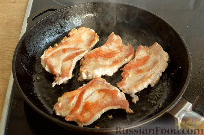 Фото приготовления рецепта: Жареная свинина с соусом из зелени и чеснока - шаг №8