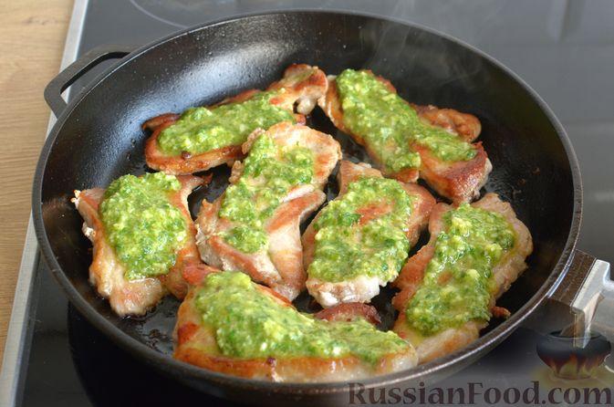 Фото приготовления рецепта: Жареная свинина с соусом из зелени и чеснока - шаг №10