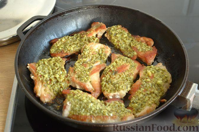 Фото приготовления рецепта: Жареная свинина с соусом из зелени и чеснока - шаг №11