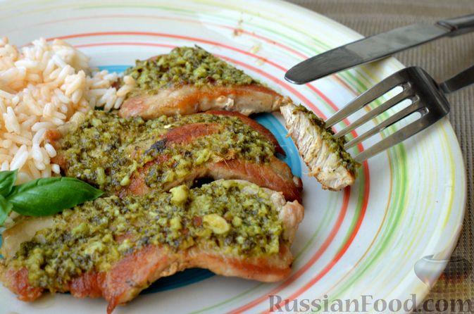 Фото приготовления рецепта: Жареная свинина с соусом из зелени и чеснока - шаг №13