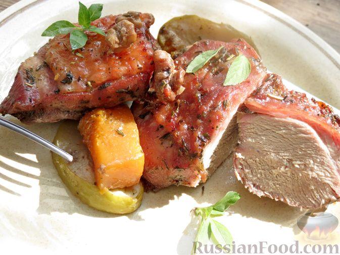 Фото к рецепту: Индейка, запечённая с тыквой и яблоками