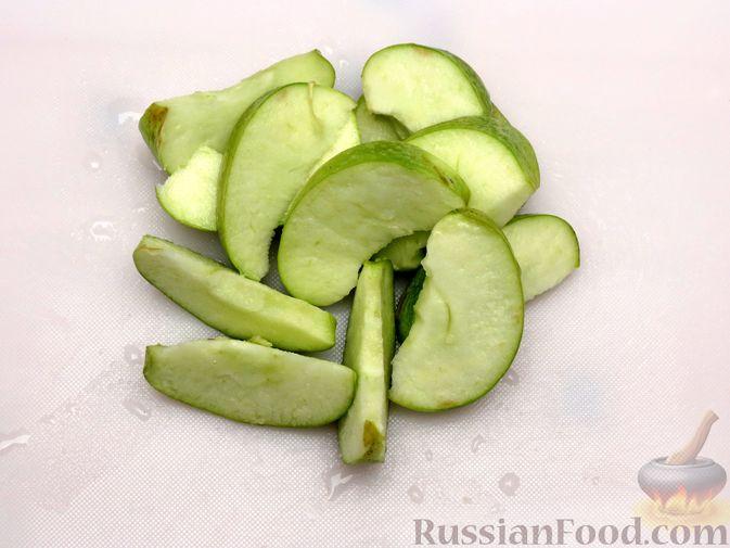 Фото приготовления рецепта: Индейка, запечённая с тыквой и яблоками - шаг №4