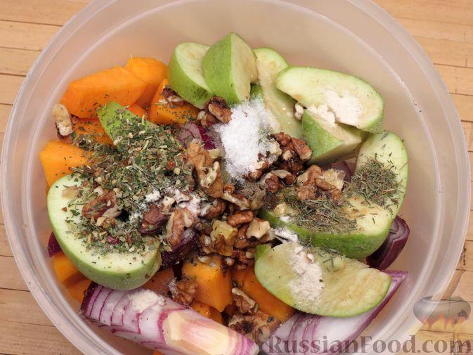 Фото приготовления рецепта: Индейка, запечённая с тыквой и яблоками - шаг №6