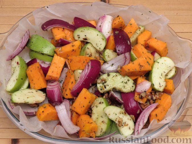 Фото приготовления рецепта: Индейка, запечённая с тыквой и яблоками - шаг №8