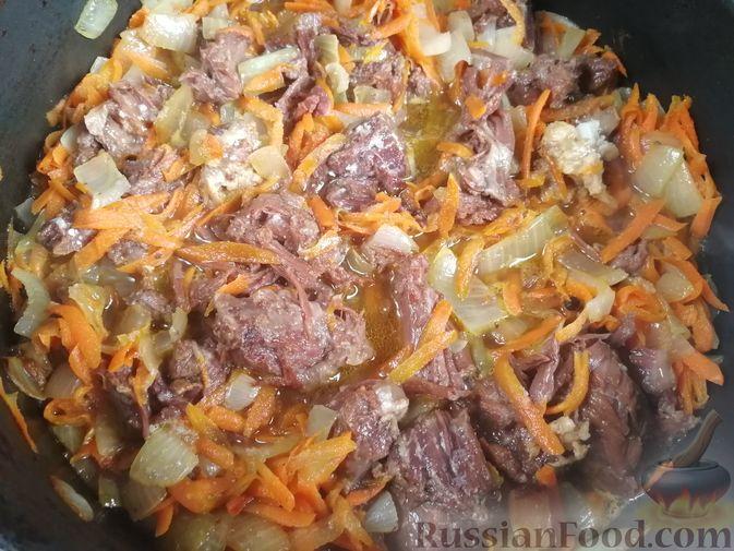 Фото приготовления рецепта: Гречка с тушёнкой и грибами - шаг №5
