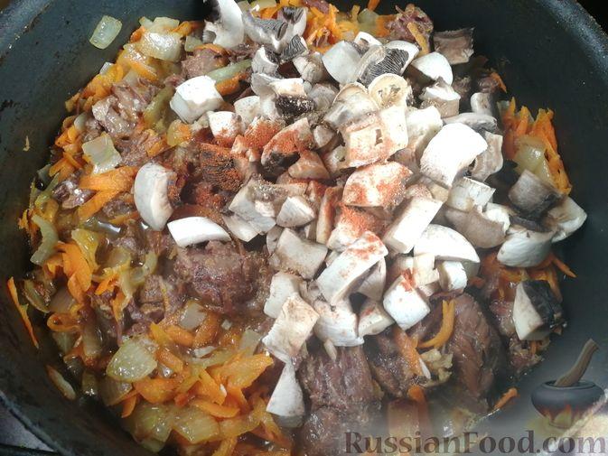 Фото приготовления рецепта: Гречка с тушёнкой и грибами - шаг №6