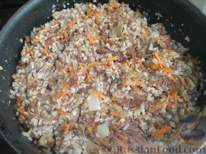 Фото приготовления рецепта: Гречка с тушёнкой и грибами - шаг №8