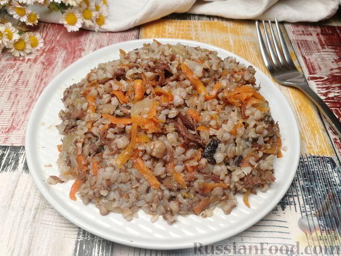 Фото приготовления рецепта: Гречка с тушёнкой и грибами - шаг №9