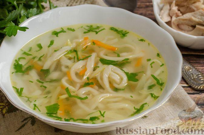 Фото к рецепту: Суп на курином бульоне с домашней лапшой