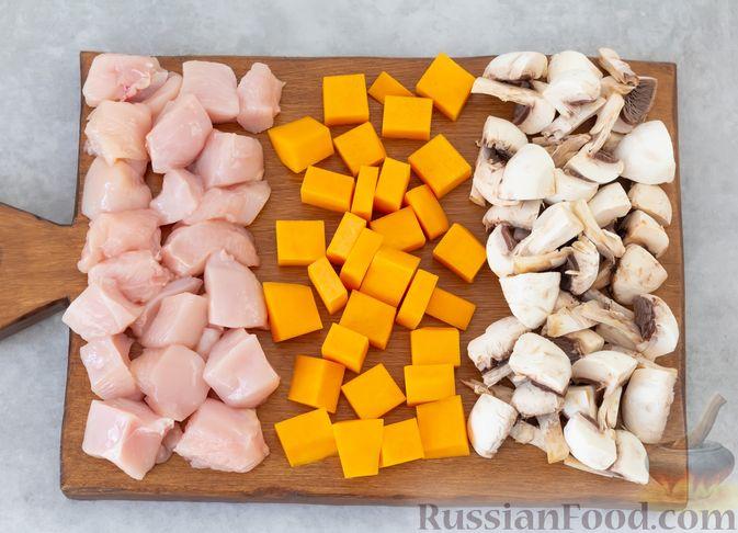 Фото приготовления рецепта: Гречка с курицей, тыквой и грибами (на сковороде) - шаг №2