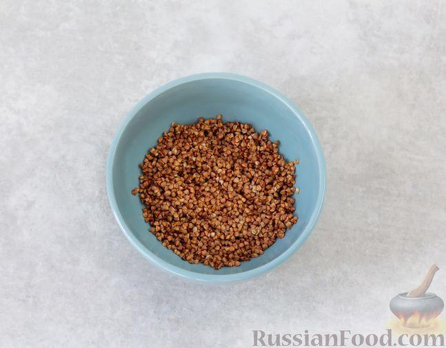 Фото приготовления рецепта: Гречка с курицей, тыквой и грибами (на сковороде) - шаг №6