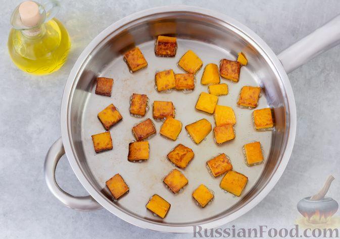 Фото приготовления рецепта: Гречка с курицей, тыквой и грибами (на сковороде) - шаг №3