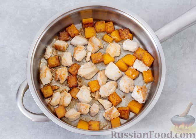 Фото приготовления рецепта: Гречка с курицей, тыквой и грибами (на сковороде) - шаг №4