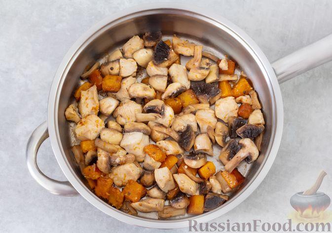 Фото приготовления рецепта: Гречка с курицей, тыквой и грибами (на сковороде) - шаг №5