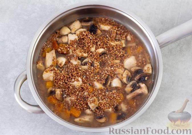 Фото приготовления рецепта: Гречка с курицей, тыквой и грибами (на сковороде) - шаг №7