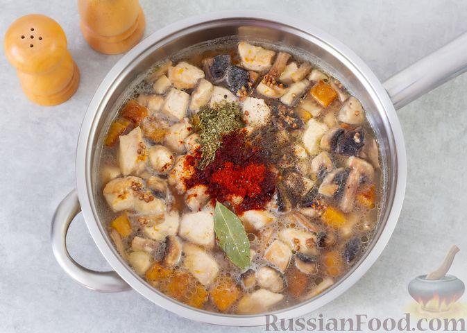 Фото приготовления рецепта: Гречка с курицей, тыквой и грибами (на сковороде) - шаг №8