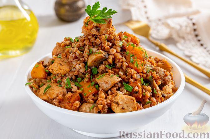 Фото приготовления рецепта: Гречка с курицей, тыквой и грибами (на сковороде) - шаг №11