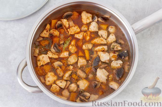 Фото приготовления рецепта: Гречка с курицей, тыквой и грибами (на сковороде) - шаг №9