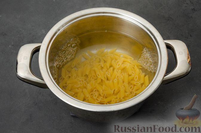 Фото приготовления рецепта: Макаронная запеканка с куриным филе, сладким перцем, сыром и соусом бешамель - шаг №2