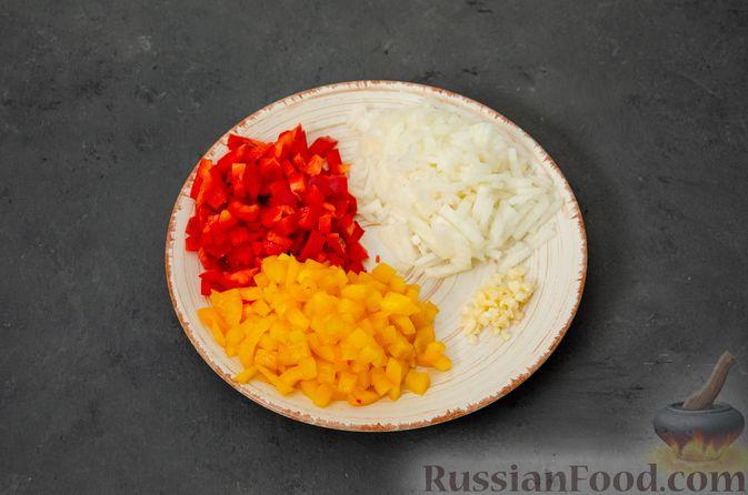 Фото приготовления рецепта: Макаронная запеканка с куриным филе, сладким перцем, сыром и соусом бешамель - шаг №3