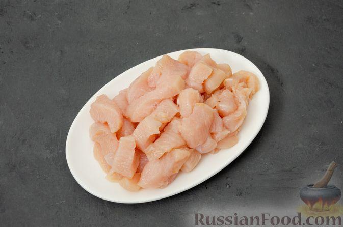 Фото приготовления рецепта: Макаронная запеканка с куриным филе, сладким перцем, сыром и соусом бешамель - шаг №4