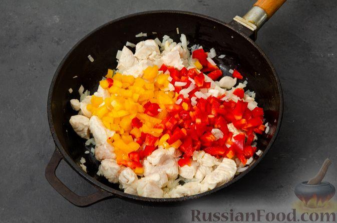 Фото приготовления рецепта: Макаронная запеканка с куриным филе, сладким перцем, сыром и соусом бешамель - шаг №8